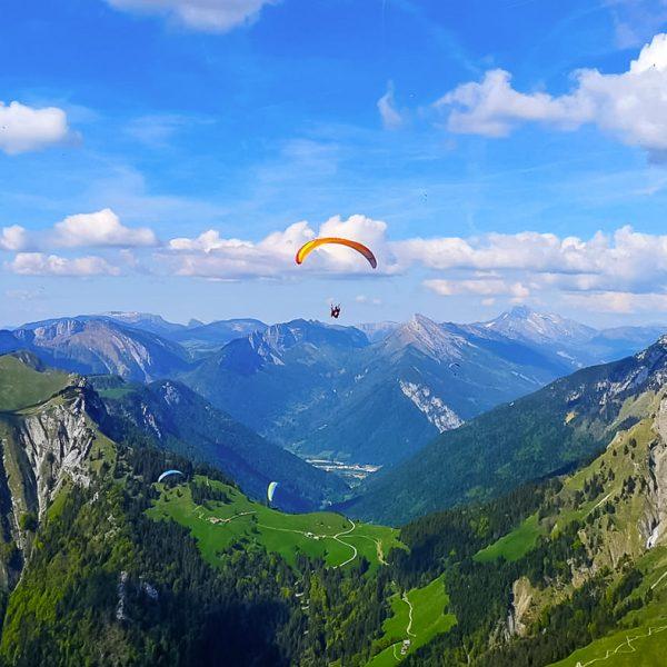 parapente au dessus des montagnes aix en vol parapente