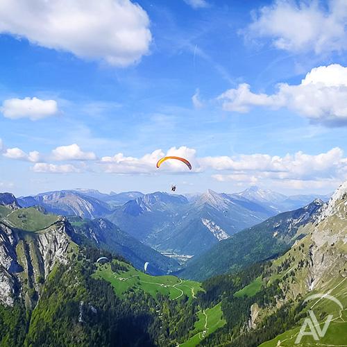 vol solo au dessus des alpages aix en vol parapente